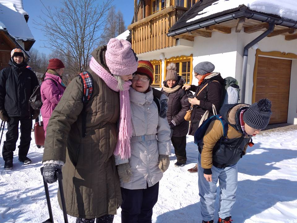 ludzie ida po sniegu