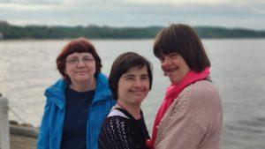 trzy kobiety nad wodą