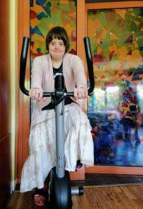 dziewczyna na rowerze stacjonarnym