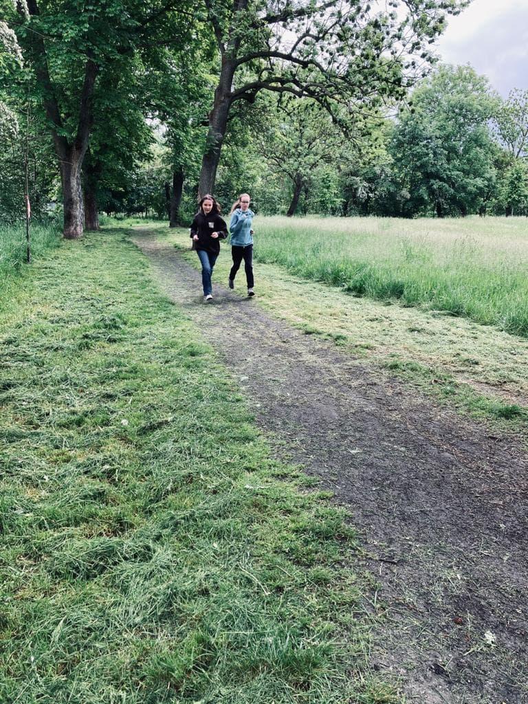 Dwie kobiety biegnął przez las