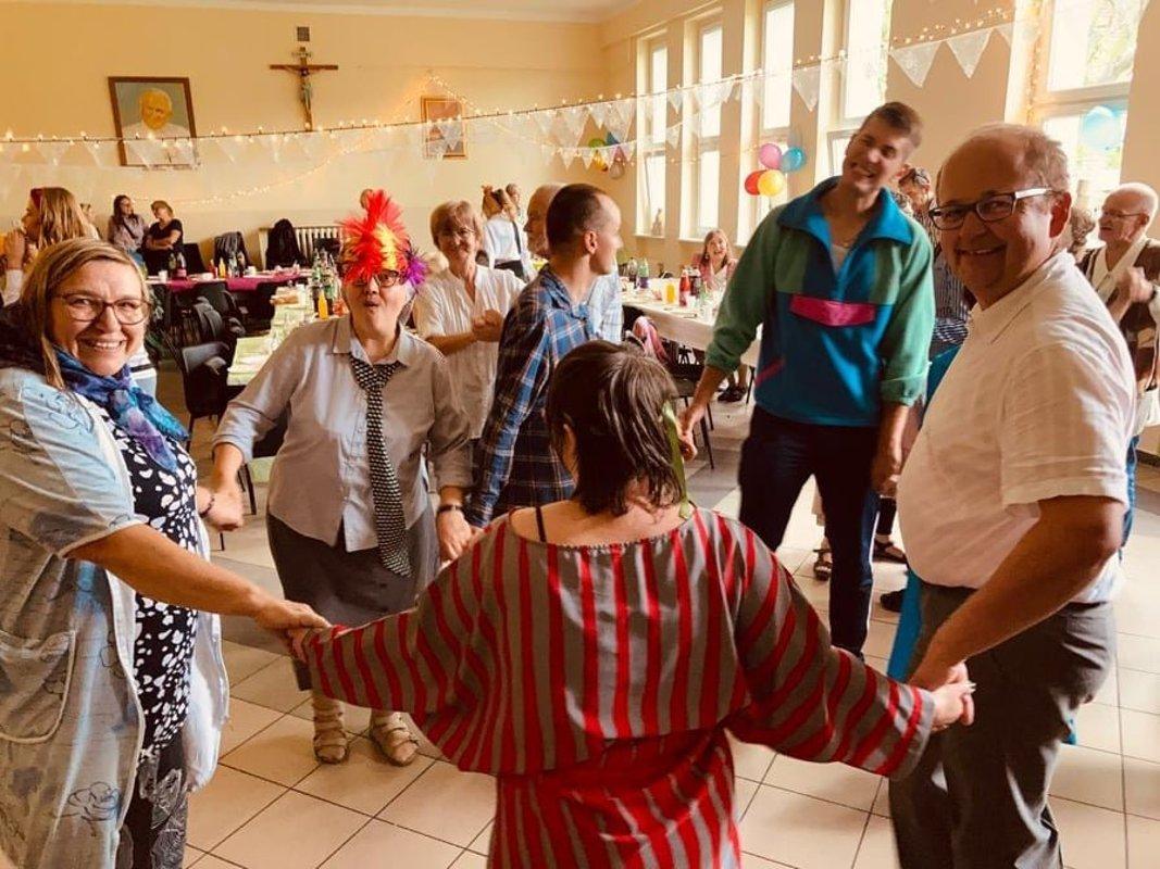 grupa osób tańczy