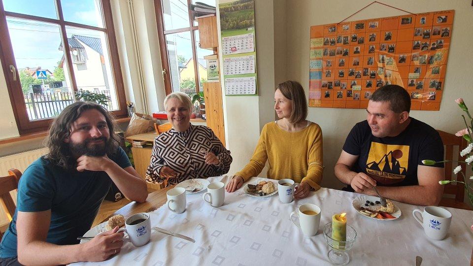 osoby siedzą przy stole